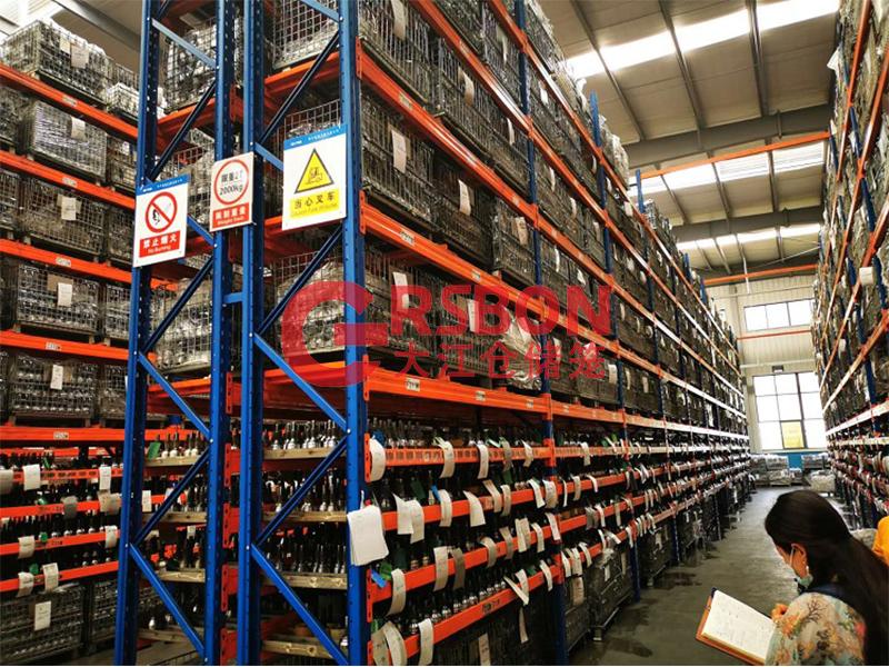 货架仓储笼放置在货架上-大江仓储笼